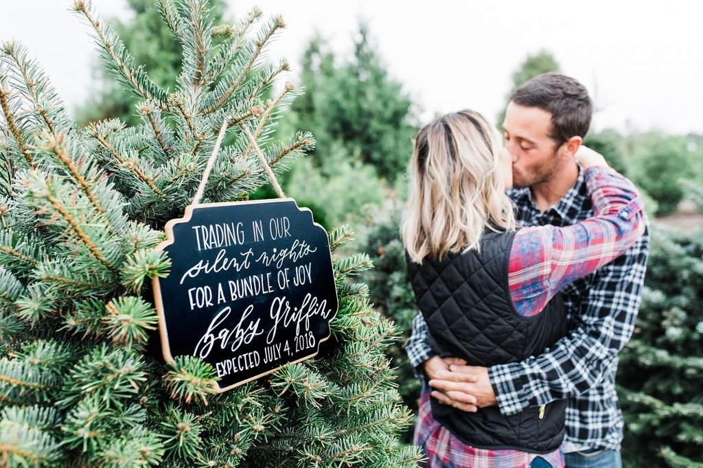 So many great ideas for your Christmas pregnancy announcements to reveal that you're expecting a baby this holiday season. Congrats to the new mom & dad to be!