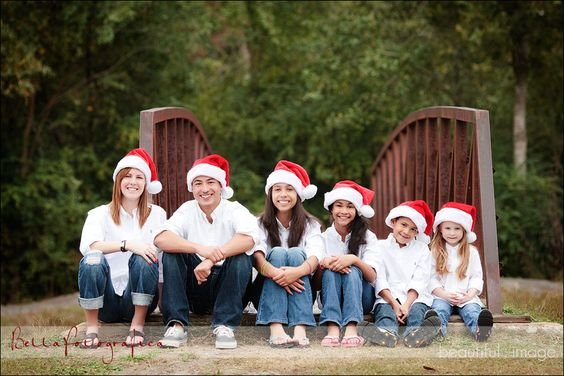 Check out these ideas for coordinated family photos this holiday season. Christmas card photos will look beautiful with these mathcing outfits